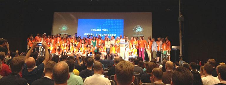 WordCamp Europe in Sevilla - Freiwillige auf der Bühne