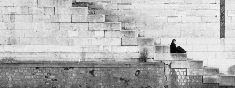 Frau auf Treppe - Barrierefreiheit